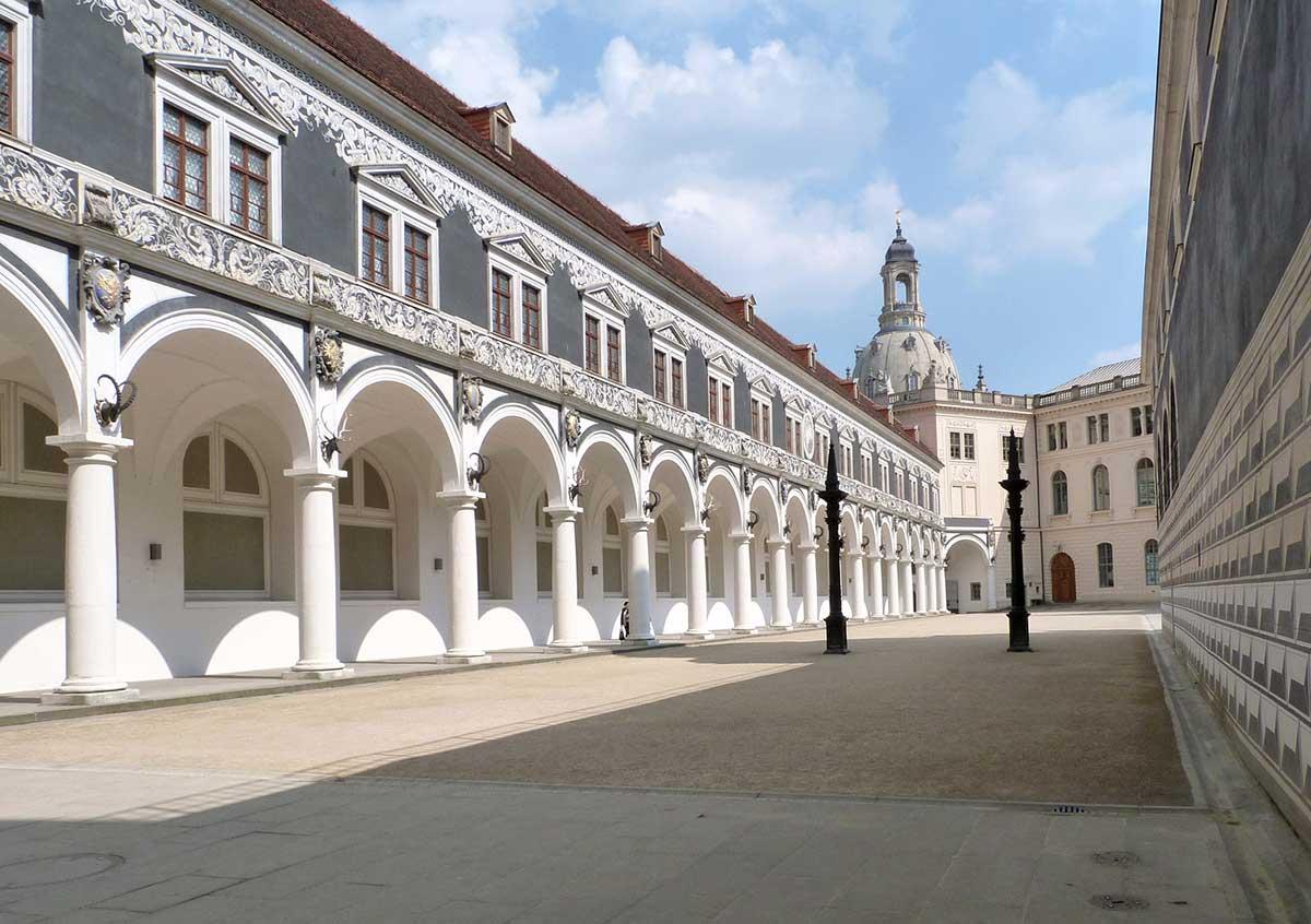 Stallhof Dresden, Bronzesäulen für Reiterspiele