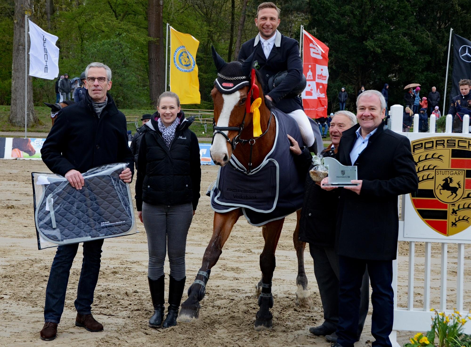 Deutsches Championat der Berufsreiter im Springen 2019: (v.l.) Silbermedaillengewinnerin Sandra Auffarth, Champion Martin Sterzenbach und Bronzemedaillengewinner Michael Kölz.